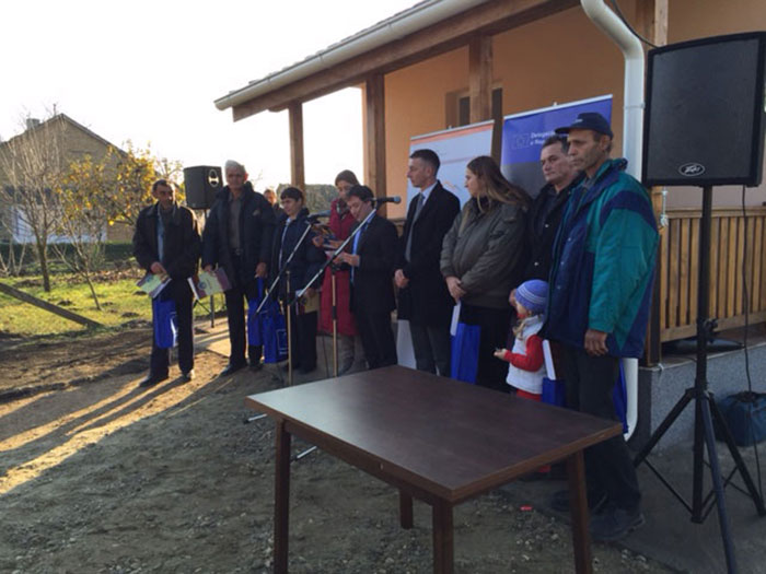 Handover of keys to the beneficiaries of six prefabricated